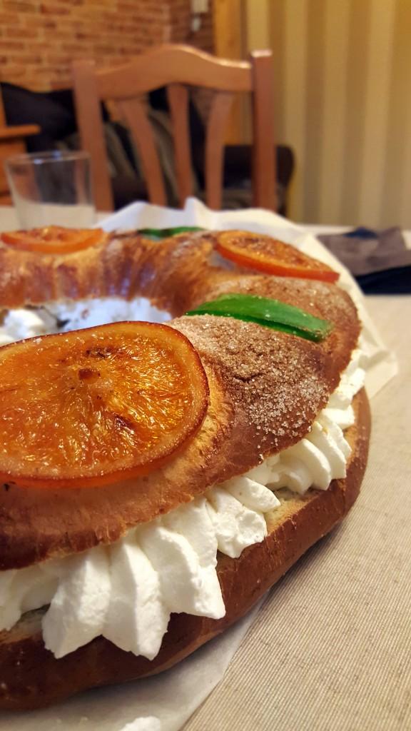 Roscón de nata y fruta confitada